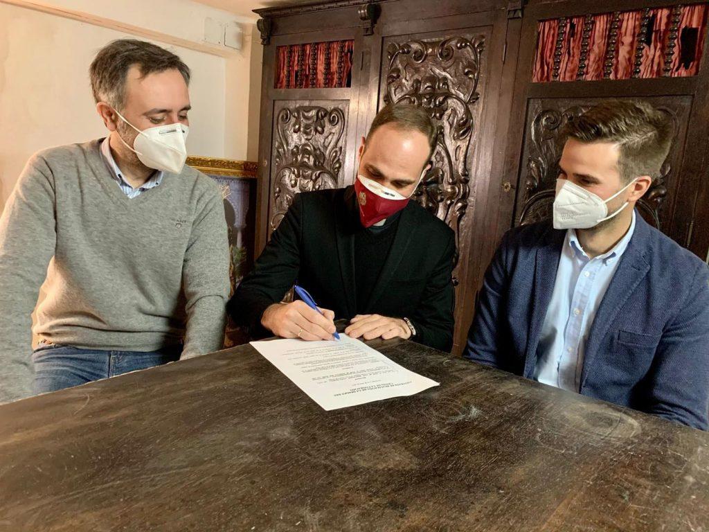 Ángel Puentes firma el contrato del nuevo misterio para el señor de la humildad